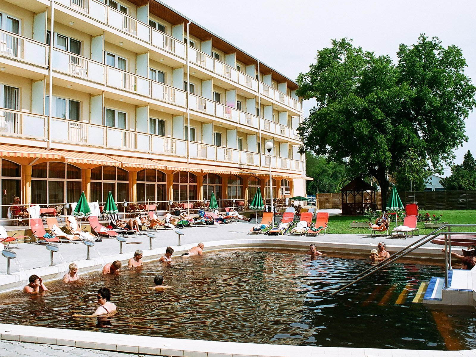 thermal-hotel-hungarospa-medence